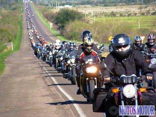Motoqueiros prestam apoio a caminhoneiros
